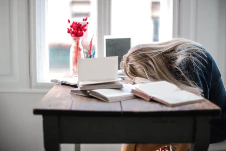 fille fatiguée arrêter de procrastiner