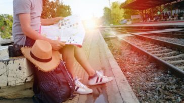 jeune qui voyage avec un carte gare dossier slow travel