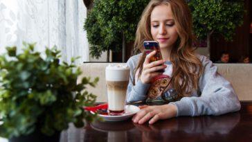fille sur son téléphone dossier application pour ta vie étudiante