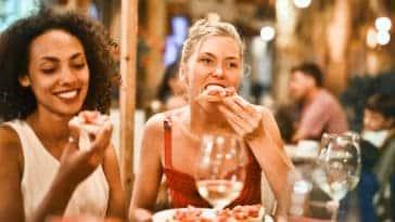 deux filles mangent et boivent quoi manger pour ne pas etre saoul