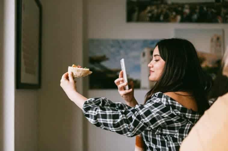 fille qui fait photo de sa pizza recettes de pizza à faire au kot