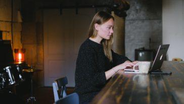 pexels-anna-shvets- fille sur ordi - top 10 des jobs avec le plus de débouchés