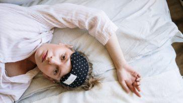 pexels-cottonbro-etudiante allongé dans son lit - Comment gagner du temps le matin avant d'aller en cours