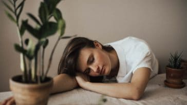pexels-valeria-ushakova- etudiante qui dort - Je m'ennuie au kot, que faire