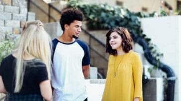 Unsplash - Alexis Brown - garçon qui regarde une fille habillée en jaune - les phrases que ton copain ne te dira jamais