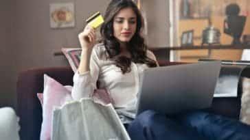 pexels-andrea-piacquadio-étudiante qui fait son shopping en ligne Je veux changer de look, que faire