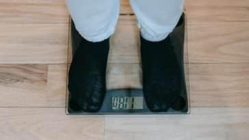pexels-andres-ayrton-etudiant qui se pèse -astuces pour maigrir quand on est étudiant