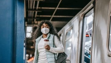 pexels-uriel-mont-etudiante qui porte un masque qui sort du metro Les bonnes raisons de se moquer du regard des autres
