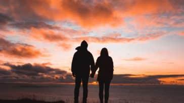 unsplash - alex-iby-couple étudiant devant un coucher de soleil - Comment organiser une soirée romantique quand on est étudiant