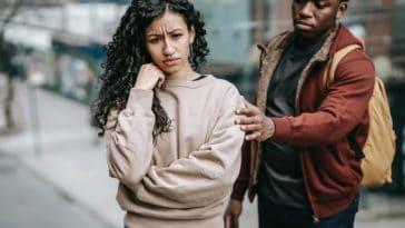 pexels - Keira Burton - homme qui essaye de retenir une femme qui part et qui met sa main sur son menton - preuves que ton date se passe mal
