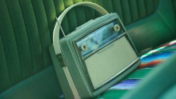 unsplash - milivoj-kuhar-radio vintage dans une voiture - Les objets vintages beaucoup trop cool