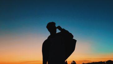 pexels-Afvzi-garçon qui regarde l'horizon vers une destination_5 destinations à petit budget pour partir après tes examens.