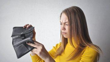pexels-andreapiacquadio-une femme qui cherche l'argent dans son portefeuille-Je dépense mon argent dans n'importe quoi 5 conseils pour apprendre à gérer son budget