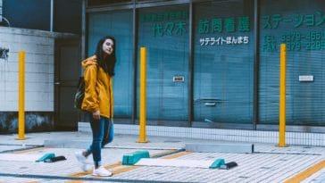pexels-james-reyes-fille qui marche dans la ville - dossier partir en erasmus