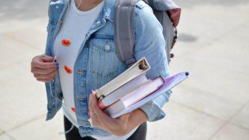 unsplash-element5-digital-étudiante qui marche avec des cours en main - Les indispensables à avoir pour ta rentrée