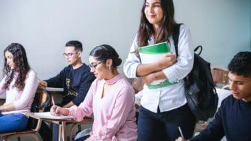 unsplash-javier-trueba-étudiante debout qui tient ses livres - Tenir ses bonnes résolutions pour la rentrée scolaire