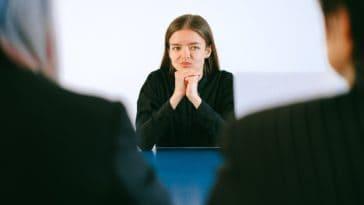 pexels-anna-shvets- fille qui passe un interview - Comment sortir du study fog et trouver un emploi