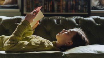 pexels-cottonbro- fille fatiguée qui lit un livre - 5 aliments pour faire le plein d'énergie pendant les examens