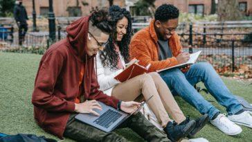 pexels-keira-burton - 3 étudiants - quelles études fais-tu