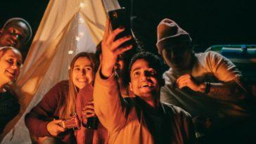 pexels-kindel-media- groupes d'amis qui font une selfie 1ère année en kot 5 conseils pour t'aider à t'adapter à ta nouvelle vie en communauté