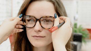 pexels-ksenia-chernaya-fille qui essaie des lunettes - Études et problèmes de vue comment bien préserver sa vision