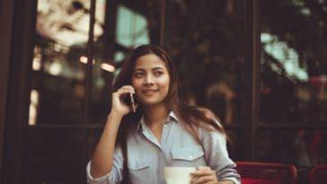 pexels-chevanon-photography-fille heureuse qui boit un cafe Les 6 choses à savoir sur les études de communication