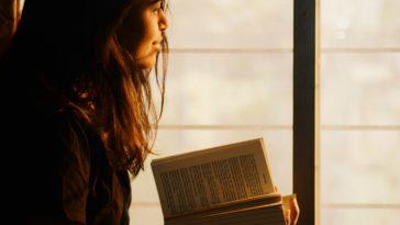 pexels-rahul-shah-fille qui lit un livre - les bienfaits de la lecture sur ta vie étudiante