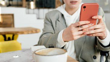 pexels-shvets-production-fille sur son telephone qui prend un cafe - 7 choses à faire pour se détendre entre deux cours