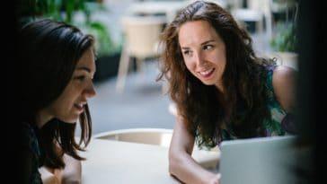 pexels-mentatdgt-deux filles qui regardent un ordinateur - Comment trouver un stage grâce à son job étudiant